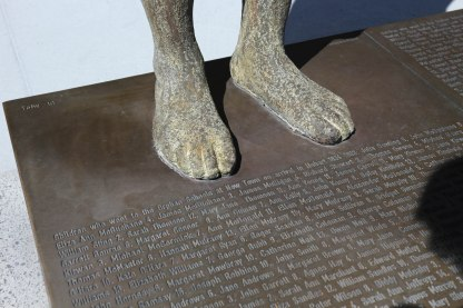 Intalasi seni berjudul Footsteps towards Freedom karya Rowan Gillespie mengangkat sejarah para wanita yang dihukum meninggalkan Irlandia di kota Hobart, Tasmania, Australia (06/03/2018). tirto.id/ Yuthika N. Addina
